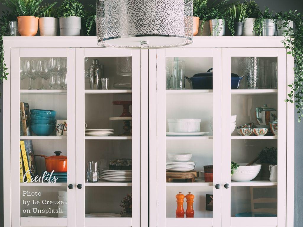 Foto van keukenkastjes met serviesgoed.