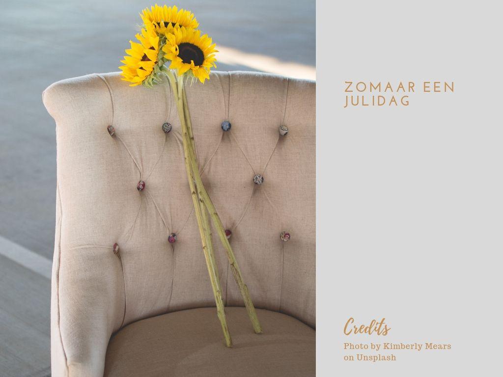 Foto van zonnebloemen op een fauteuil.