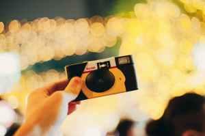 Foto van een wegwerpcamera.